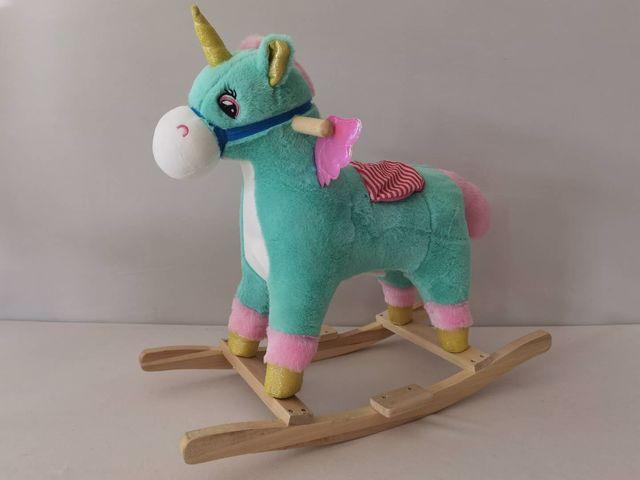 סוס חד קרן רכיבה מנגן