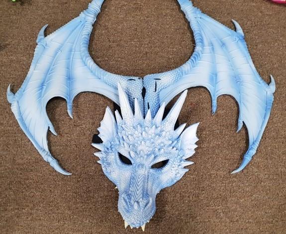כנפיים מפוארות עם מסכת דינוזאור
