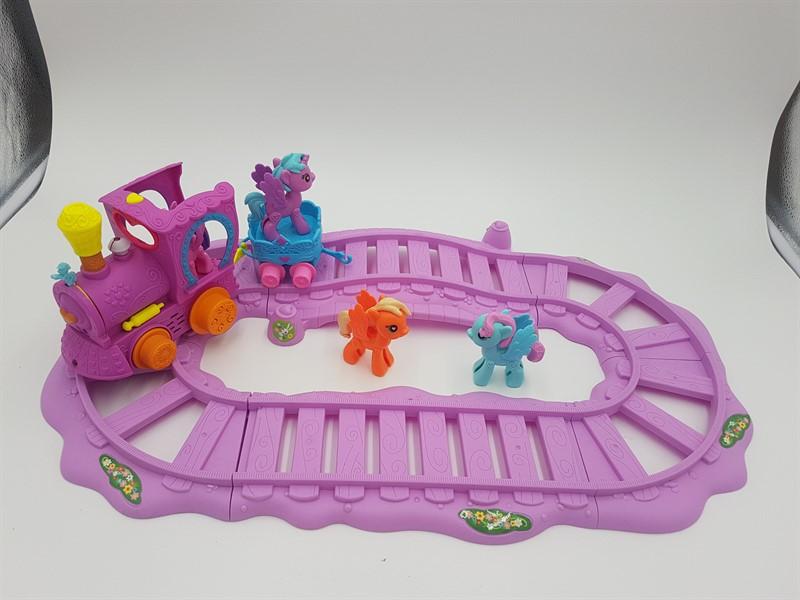 בובת ליטל פוני עם מסילת רכבת